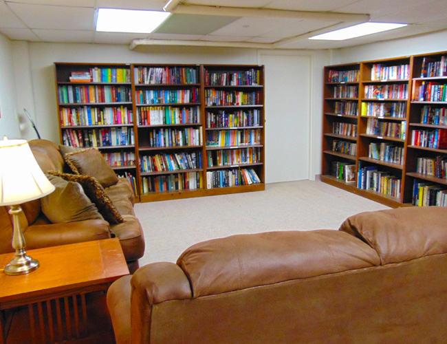 The comfortable and cozy Library at Rolling Hills.